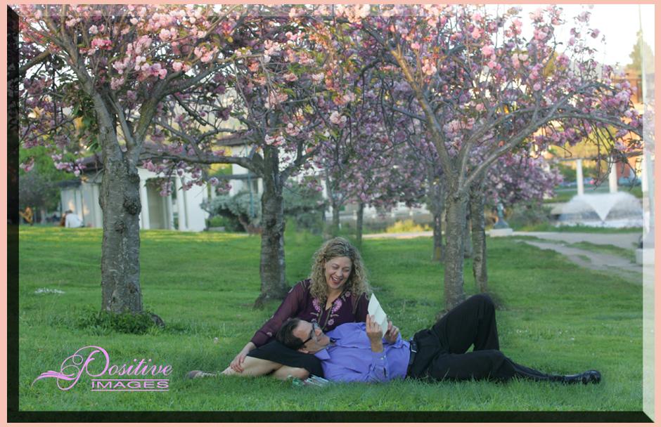 romantic-portrait-couple-Oakland-park-under-cherry-blossom-trees